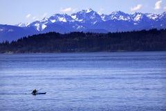 Montagne olimpiche Washington del suono di Puget del kajak Fotografia Stock