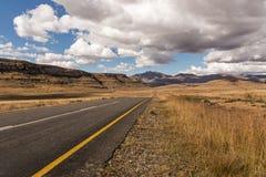 Montagne orange Landsca d'hiver d'Asphalt Road Running Through Dry image libre de droits