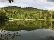Montagne par le lac photo libre de droits