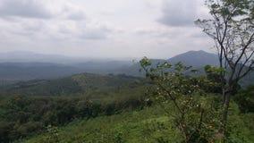 Montagne piacevoli di sguardo sopra la montagna fotografie stock