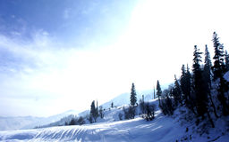 Montagne plaquée de neige photos stock