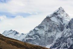 Montagne renversante de l'Himalaya sur le chemin au mont Everest images stock