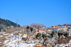 Montagne ricoperte neve e un villaggio Immagini Stock Libere da Diritti