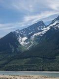 Montagne ricoperte neve nel lago Immagini Stock Libere da Diritti