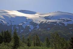 Montagne ricoperte neve su vicino Fotografia Stock