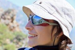 Montagne riflesse in vetri su una ragazza Fotografie Stock Libere da Diritti