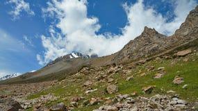 Montagne, rocce, pietre ed il cielo blu Fotografia Stock