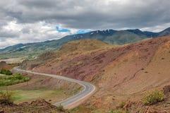 Montagne, rocce, pietre rosse, strada, paesaggio Immagini Stock Libere da Diritti