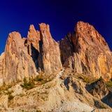 Montagne rocciose al tramonto ALPI DELLA DOLOMIA, ITALIA Fotografia Stock