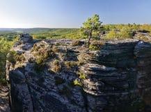 Montagne rocciose alte con le cime piane Fotografie Stock Libere da Diritti