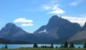 Montagne Rocciose canadesi erba la montagna del lago Immagini Stock