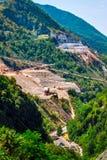 Montagne rocciose con le cave di marmo immagine stock