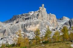 Montagne rocciose delle dolomia ed alberi gialli in autunno Immagine Stock