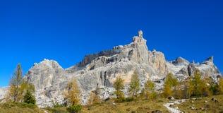 Montagne rocciose delle dolomia ed alberi gialli in autunno Fotografie Stock