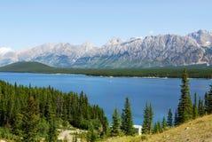 Montagne rocciose e lago Immagini Stock