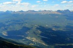 Montagne rocciose e valle di athabasca Immagini Stock