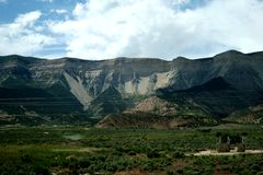 Montagne rocciose Non lontano dal fiume Colorado immagini stock libere da diritti
