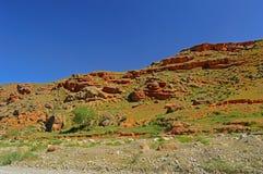 Montagne rocciose rosse vicino alla città di Tamasha Immagini Stock Libere da Diritti
