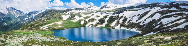 Montagne rocciose, un paesaggio di estate con un picco magnifico e Immagine Stock Libera da Diritti