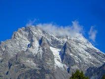 montagne rocheuse avec le nuage et le ciel bleu photo stock