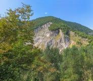Montagne rocheuse verte Image libre de droits