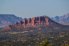 Montagne rosse della roccia che trascurano l'alta valle del deserto Fotografia Stock