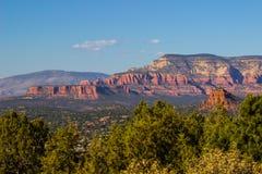 Montagne rosse della roccia con il plateau che trascura l'alta valle del deserto Immagine Stock