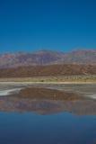 Montagne rosse riflesse sulla pozza fotografia stock