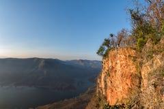 Montagne rouge géante de falaise de roche au-dessus du lac Mae Ping National Image libre de droits