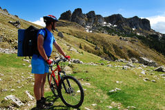 montagne Roumanie de cycliste Photo stock