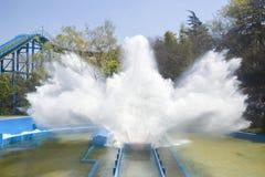 Montagne russe che spruzzano acqua con il cielo blu Fotografie Stock Libere da Diritti