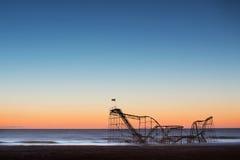 Montagne russe de Jet Star tombée dans l'océan après ouragan Sandy Images stock