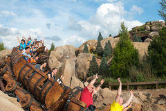 Montagne russe de nains du monde sept de Disney Photos stock