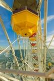 Montagne russe e Ferris Wheel al parco pacifico sul pilastro Fotografia Stock Libera da Diritti