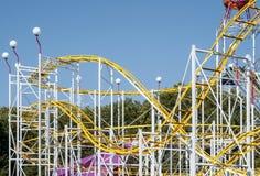 Montagne russe in un parco di divertimenti Fotografie Stock Libere da Diritti