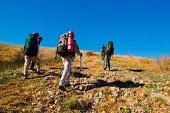 montagne s'élevante de randonneurs Image stock
