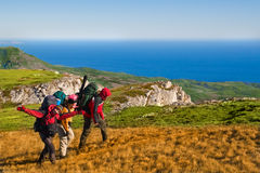 montagne s'élevante de randonneurs Images libres de droits