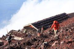 Montagne s'élever et nuages de Fuji photographie stock libre de droits
