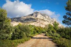 Montagne Sainte-Victoire - une arête de montagne de chaux dans le sou Photos stock