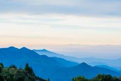 Montagne scénique avec le brouillard en Thaïlande, couche de nature dans Image stock