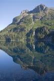 Montagne se reflétant dans le lac Image stock