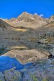 Montagne se reflétant dans un Tarn (lac alpestre) Photos libres de droits