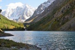 Montagne Skazka e racconto di Krasavitsa e bello vicino al grande lago nella sera, montagne di Altai, Russia Shavlinskoye fotografia stock libera da diritti