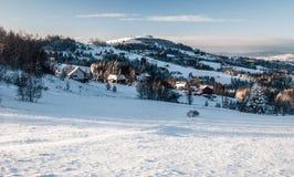 Montagne Slesiane di Beskids di inverno con l'insediamento sparso e la collina di Ochodzita in Polonia Fotografia Stock