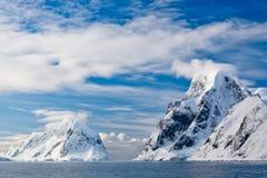 Montagne Snow-capped Fotografie Stock Libere da Diritti