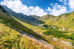 Montagne soleggiate verdi Fotografia Stock