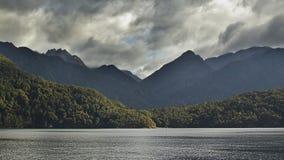 Montagne sopra il lago fotografie stock