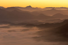 Montagne sopra la nebbia Fotografia Stock