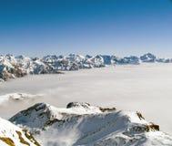 Montagne sopra le nubi Immagine Stock