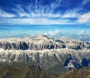Montagne sotto cielo blu Fotografia Stock